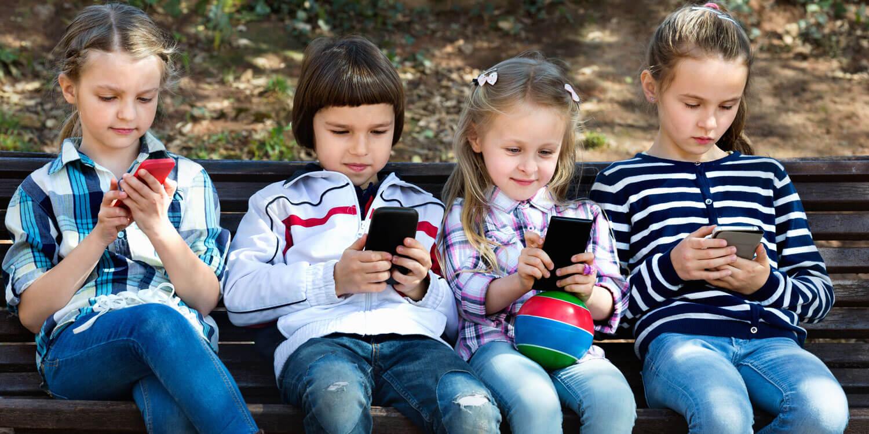 Handysucht: Kinder mit Handy