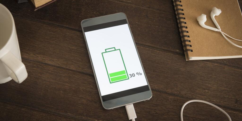 Aufladen des Smartphone Akkus bei 30%